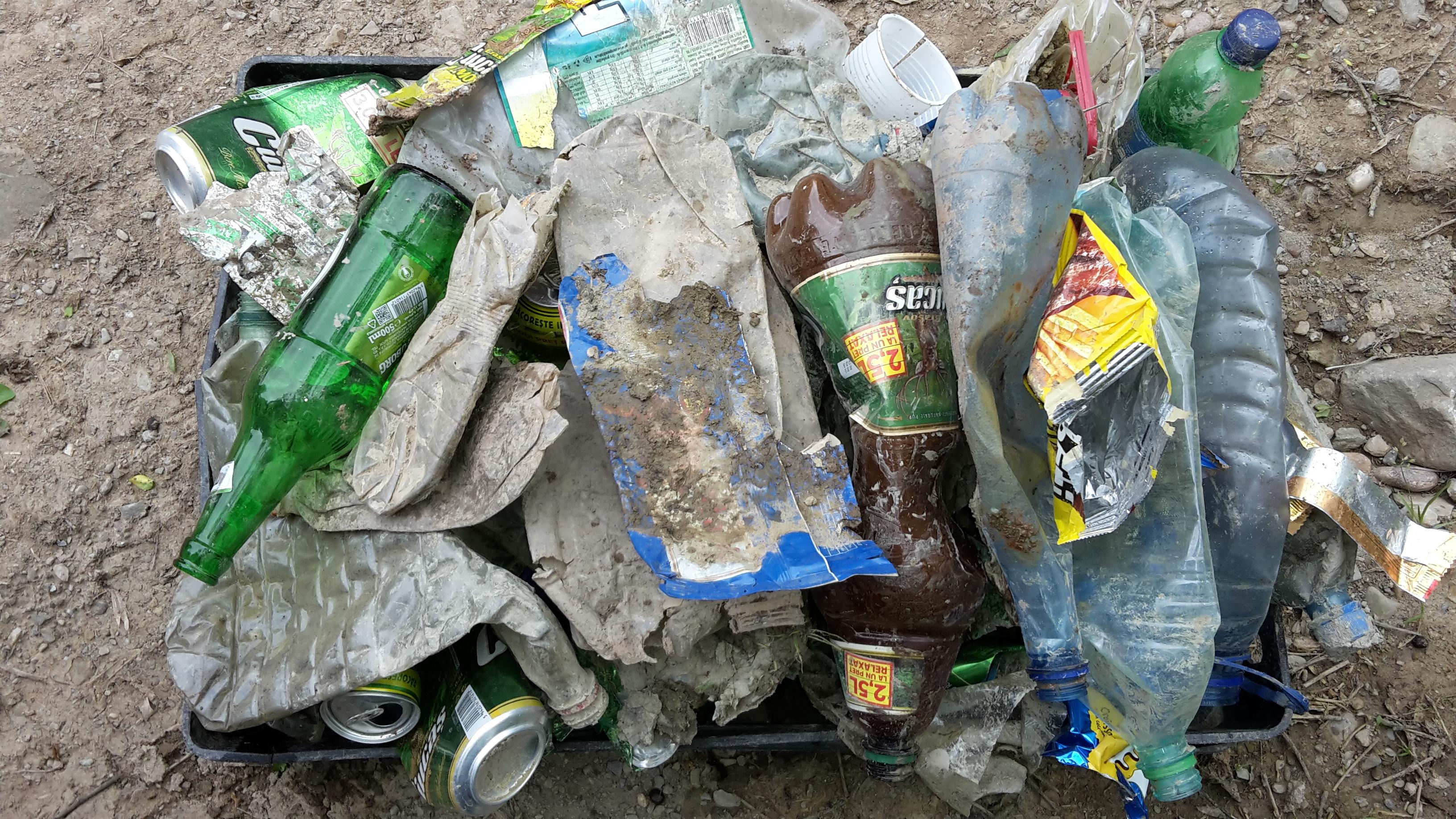 Naveta de plastic plina cu deseuri