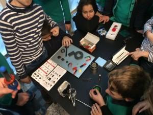 Elevii din programul Junior Achievement sunt fascinati de puterea magnetilor