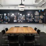 Vopseaua magnetică aplicată pe pereții unei camere pentru ședințe