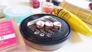 Necesar de materiale: produse cosmetice si magneti de fixare