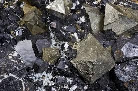Minereu de magnetit. Acesta are prprietati magnetice slabe dar se gaseste in natura sub forma de minereu.